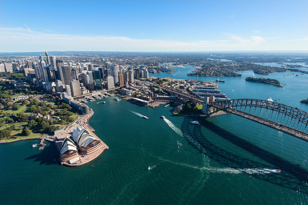 Vista aérea de Sydney com Opera House e Harbour Bridge
