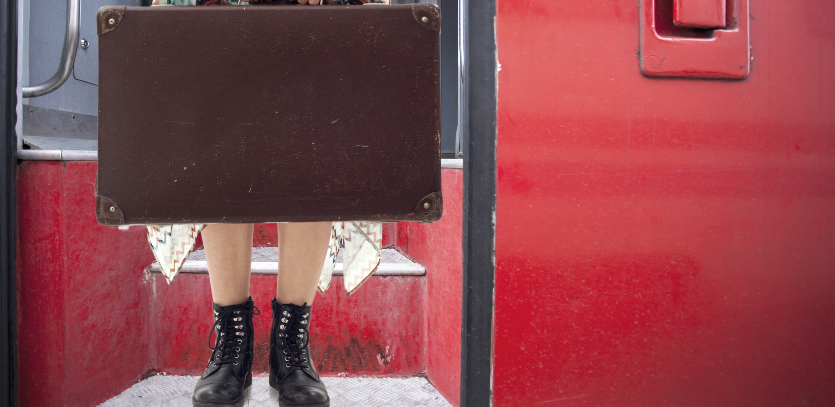 Mulher com bagagem em uma escada